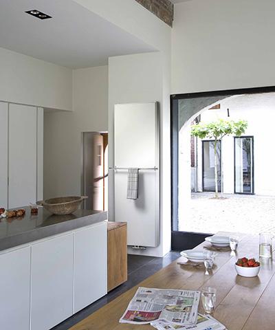 vasco flat v line radiator vlakke voorplaat verticaal met handdoekbeugel keuken